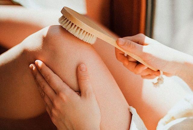 Антицеллюлитный массаж сухой щеткой — как делать, техника